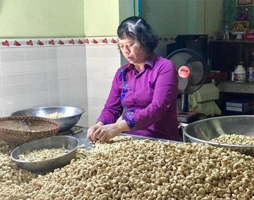 Cạo hạt điều tháng kiếm 100 triệu